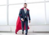 Egy piros szuperhős köpenye üzletember.
