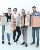 Gruppe junger Männer zeigt Einkaufstüten