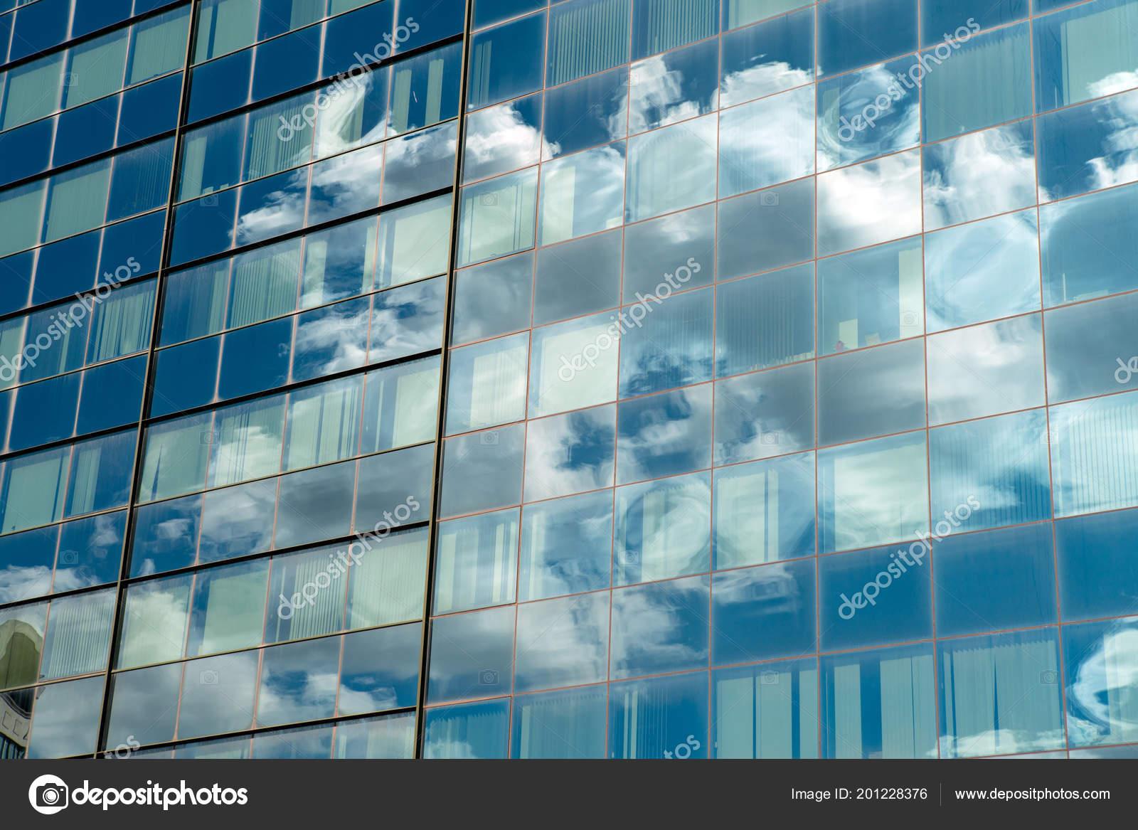 bâtiment avec verre industriel moderne reflet ciel bleu avec des