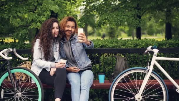 Nejlepší přátelé uživatele berou selfie s smartphone pózuje pro vtipné obrázky takže knír z vlasů pak objímání a fotografování. Koncept moderního životního stylu.