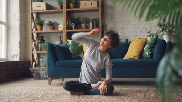 Krásná žena se dokončení své praxe jógy a relaxace v lotosové pozici s rukama na kolenou, dýchání a relaxace se těší. Meditace a sportovní koncepce.