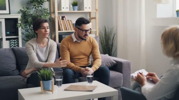 Nešťastní dvojice bojující ve funkci psychologů mluví s odborníkem v úřadu