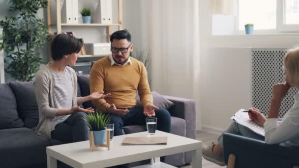Mädchen und Kerl Eheleute kämpfen während der Beratung während Arzt zuhört
