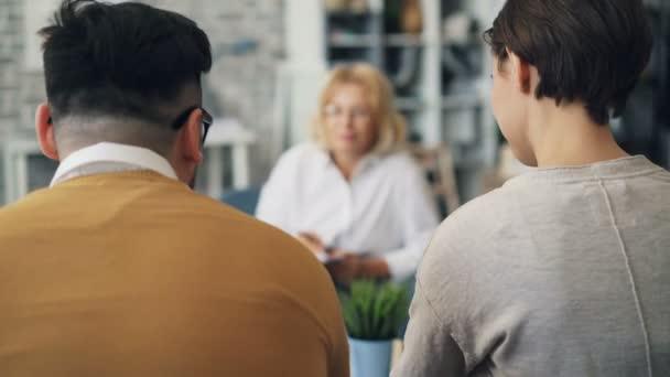 Terapeutka, která mluví s nešťastným manželem a manželkou během několika poraden