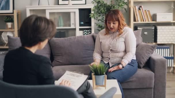 Nadváha mladá dáma otevírající se zkušeným psychologem během konzultací