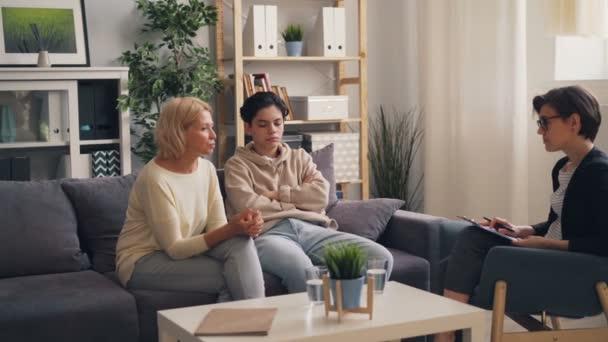 Besorgte Mutter spricht mit Psychologe über Beziehung zu pubertierendem Sohn