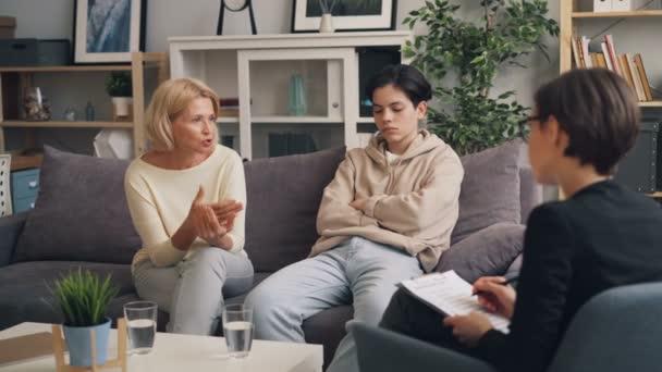 Mutter eines halbwüchsigen Jungen spricht mit Psychologe und fragt Rat in Beziehung
