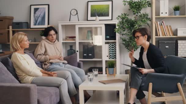 Zkušený psychoterapeut, rodinná matka a dospívající v kanceláři