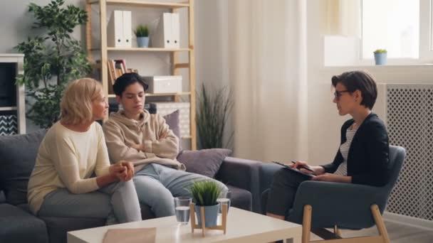 Starosti rodiče zralé ženy diskutovat o rodičovských problémech s terapeutem