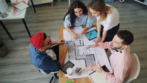 Fiatal munkavállalók csoportja, akik a projektben dolgoznak, majd összefogva