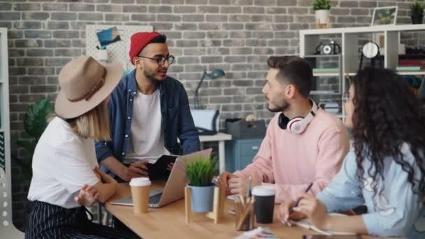 Kreatives Team von Designern spricht im Büro am Tisch Brainstorming bei der Arbeit