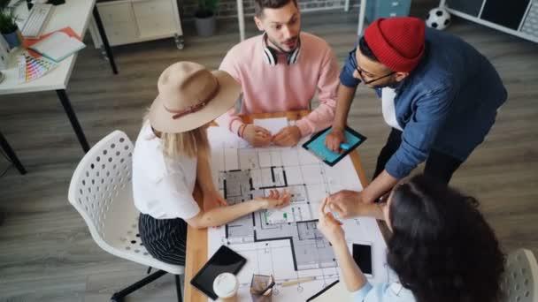 A tervezési projekteket tárgyaló alkalmazottak csoportja, majd a kezek összeillesztése