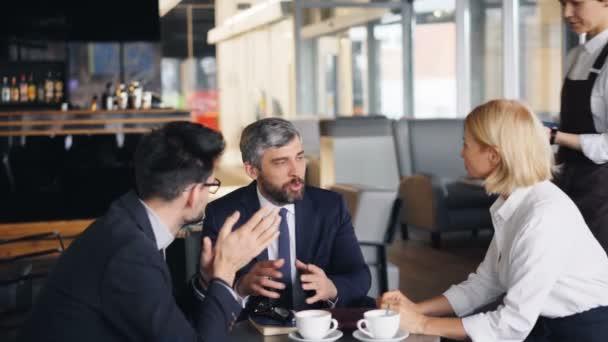 Sikeres üzletember hogy a digitális online fizetés kávézóban okostelefon segítségével