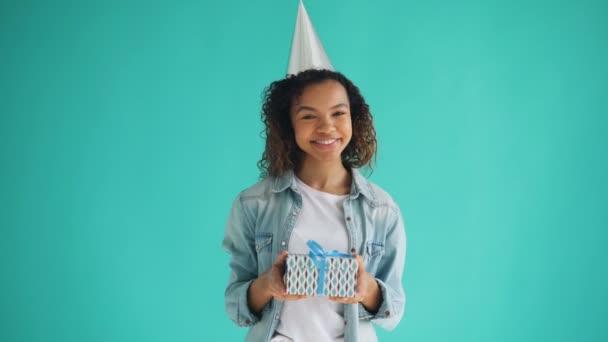 Portré afro-amerikai születésnapi lány gazdaság díszdobozban, és mosolyogva