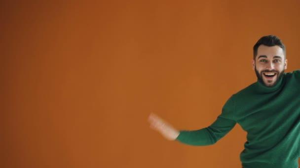 Portré örömteli csípő táncol el hogy hullám mozog a karok jól érzik magukat