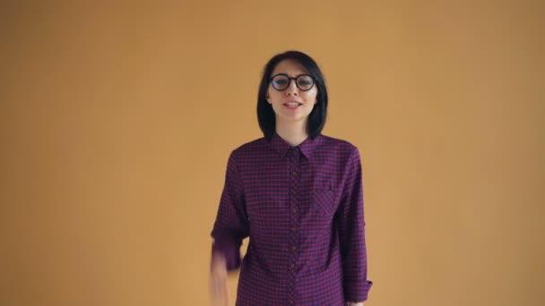 Porträt einer irritierten Dame, die in die Kamera brüllt und sich beleidigt fühlt