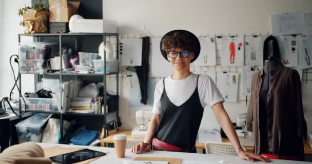 Portrét krásných žen módní návrhář se smějící se ve studiu na kameře
