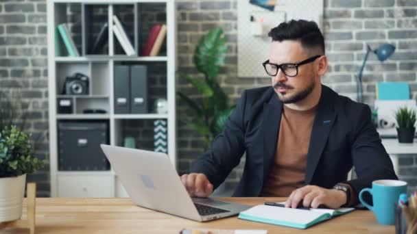 Fáradt üzletember dolgozik laptop hivatalban, majd alvó pihenő az íróasztalon