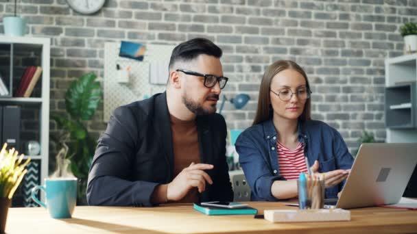 Nekonečná smyčka muže a ženy pracující s notebookem, zatímco káva šálek páry
