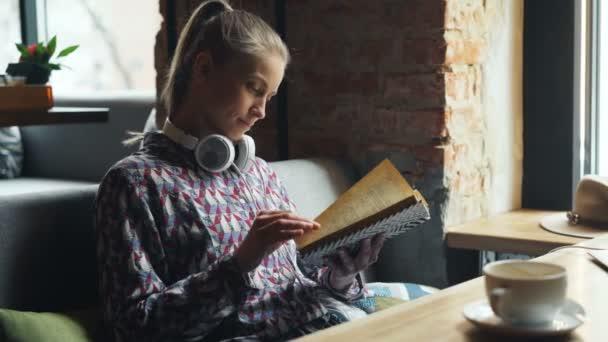 Vonzó diák olvasási könyvet kávézó fordult oldalak élvező érdekes történet