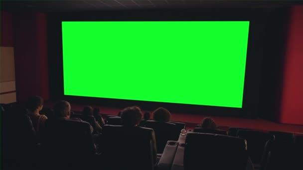 Emberek látszó-on nagy zöld chroma kulcs képernyő-ban mozi élvez film