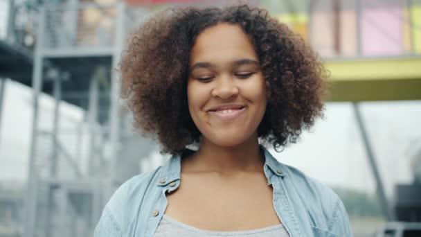 Podrobný portrét atraktivního afrického amerického teenagera s úsměvem venku
