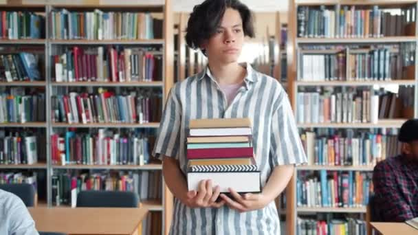 Vážný mladík, který chodil do knihovny s partou knih a rozhlížel se kolem