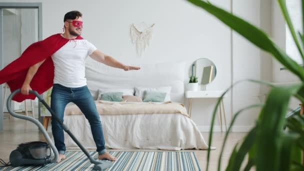 Vidám fickó Superman jelmez köpeny és maszk tisztító szőnyeg porszívóval