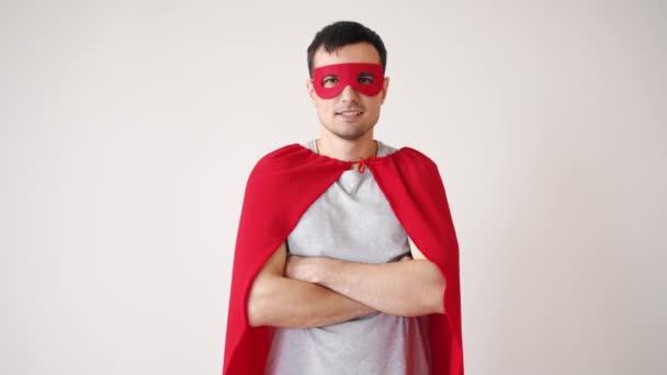 Mosolygós fickó portréja Superman jelmezben, egyedül álló karokkal.