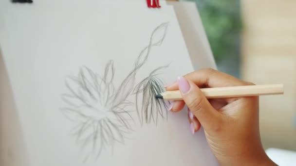 Közelkép a női kéz rajz virágok papíron ami gyönyörű képet