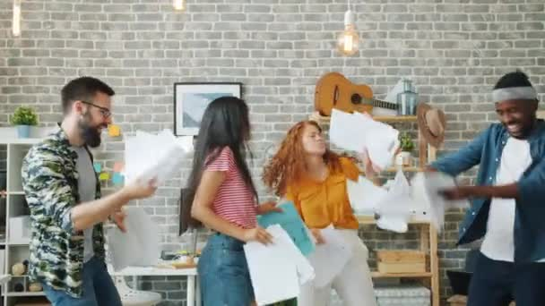 Aufgeregte Mitarbeiter junge Leute tanzen auf Büroparty mit Geschäftsvertrag