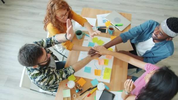 Lassú mozgás az üzletemberek, hogy kollázs megosztási ötletek kéz a kézben