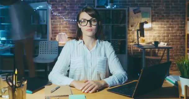 Vergrößern Zeitraffer-Porträt einer jungen selbstbewussten Geschäftsfrau im modernen Büro