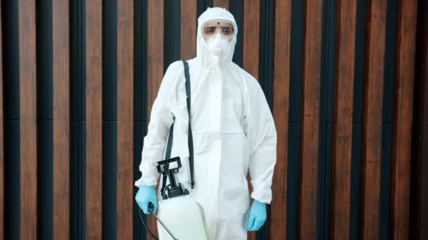 Porträt eines arabischen Mannes Desinfektionsmittel in Schutzanzug steht im Freien mit Chemikalientank