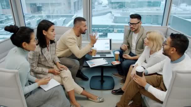 Vielfältige Gruppe von Menschen Kollegen reden High-Five im Großraumbüro