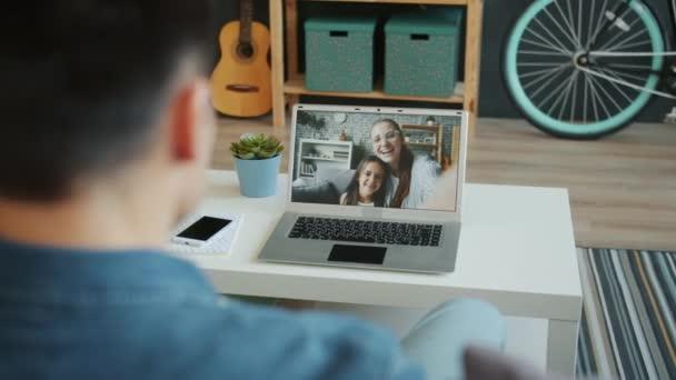 Rodinná žena, muž a holčička, kteří on-line videohovor pomocí notebooku doma