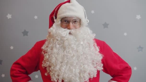 Portrét Santa Clause v sluchátkách a poslech hudby na šedém hvězdném pozadí