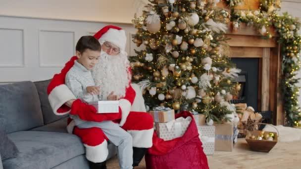 Happy kid getting smartphone from Mikulás kipakolás ajándék doboz ünnep
