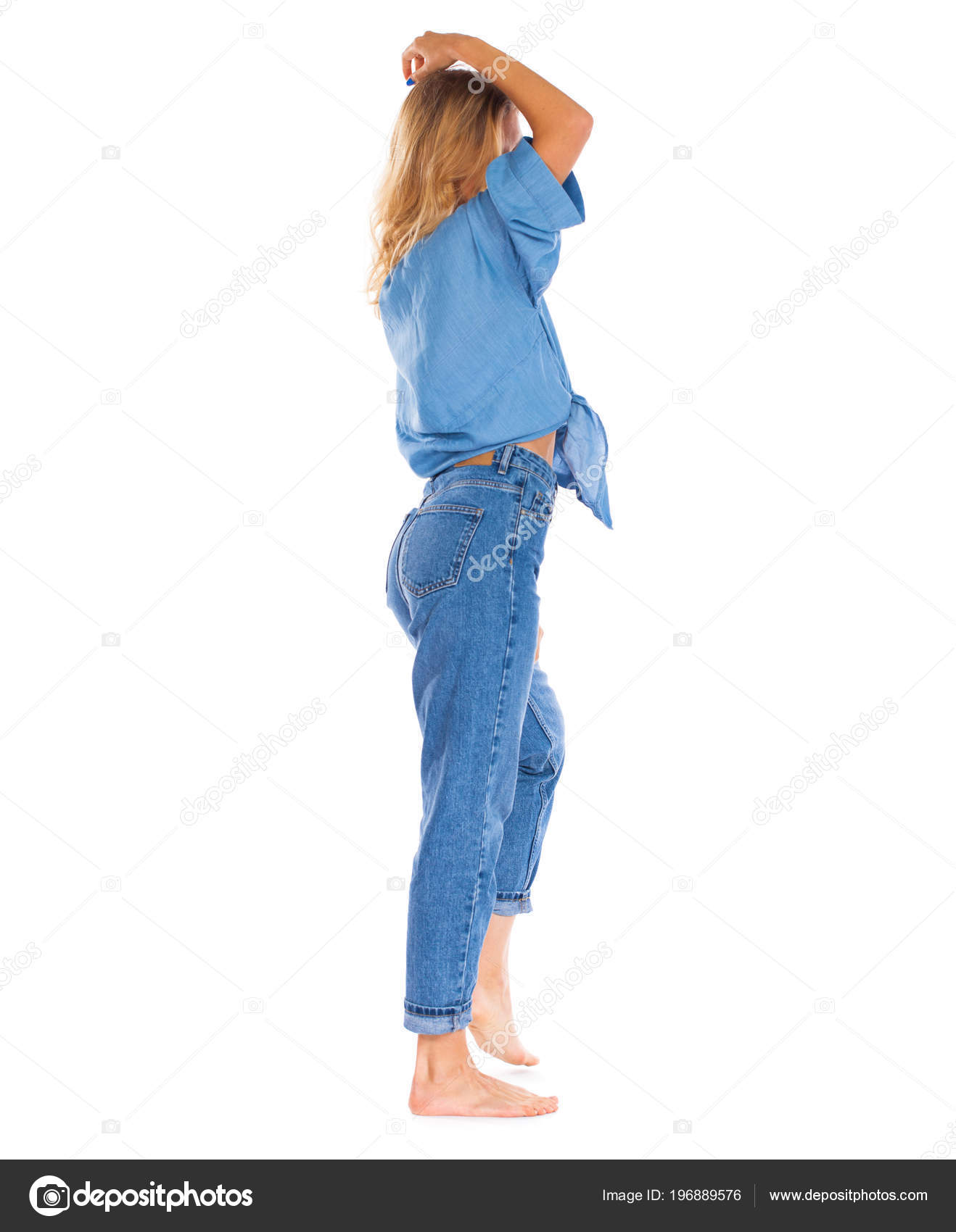 edd666d88202 ΠΙΣΩ ΟΨΗ τζιν μόδα. Ολόσωμο πορτρέτο νεαρός ξανθιά γυναίκα στο μπλε τζιν  στέκεται απομονωθεί σε λευκό φόντο — Εικόνα από ...