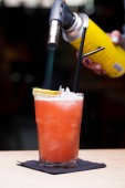 Fotografie Brennen Sie einen Cocktail mit Absinth