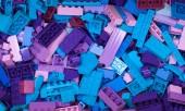 Ruština, 04 duben 2018. Lego Classic bílá konstruktor. Sada barevných kostek LEGO v krabici v hromadné