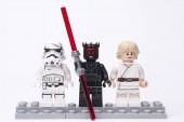 Rusko, 16. května 2018. Konstruktor Lego Star Wars. Darth Maul a Luke Skywalker - různé mini postavy z různých epizod ságy