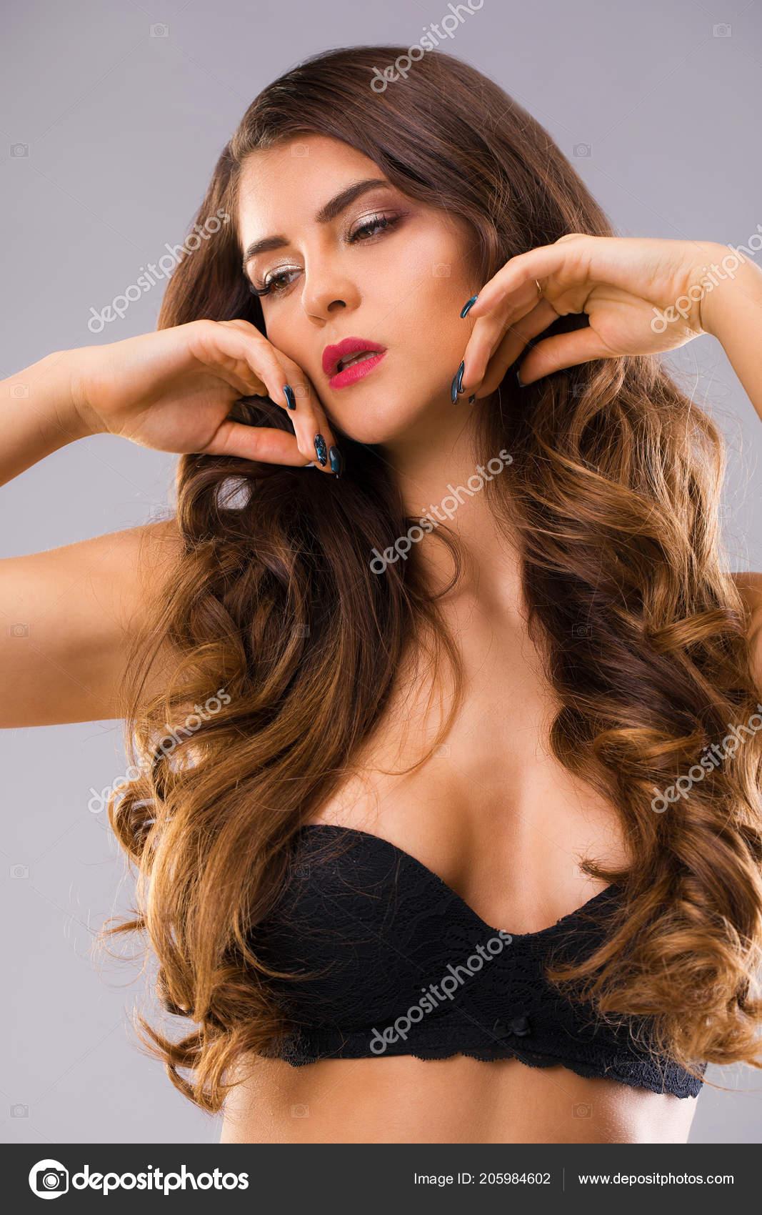 Красивую брюнетку женщину в бане, лабытнанги фото ню