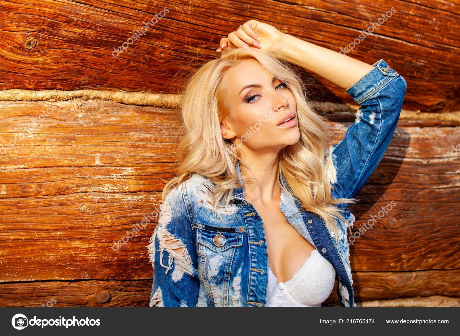 molodaya-seksualnaya-blondinka-v-dzhinsah-na-belom-fone