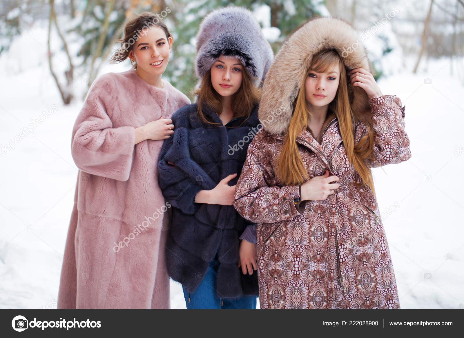 fae957b09a8c Τρία Μοντέλα Μόδα Στη Γούνα Ολόσωμο Πορτρέτο Του Νεαρή Όμορφη — Φωτογραφία  Αρχείου