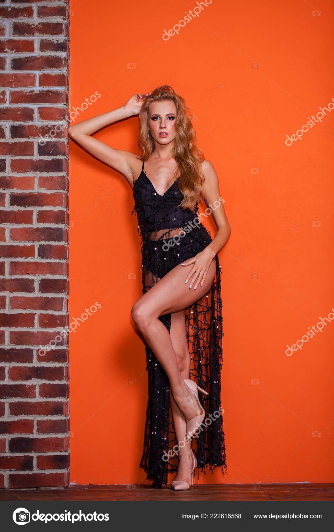 e16bd0f77b75 Integrale Una Bella Donna Sexy Bionda Vestito Nero Lungo Che — Foto ...