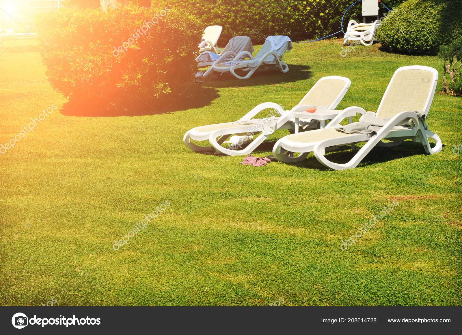 Sdraio Plastica Verde.Sedie Sdraio Plastica Bianche Parco Con Erba Verde Cespugli