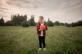 Photo A little boy with a football with his dog