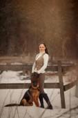 Fotografie junge schöne Frau mit Schäferhund im Freien Porträt am Frühlingstag