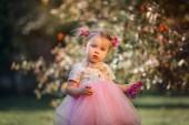 Roztomilá holčička na portrétu v jarním parku